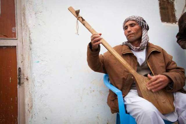 عبدالرحیم موتار معتادی که به دلیل بدهکاری خواهر ۱۸ ساله اش را به قاچاقچیان فروخت.