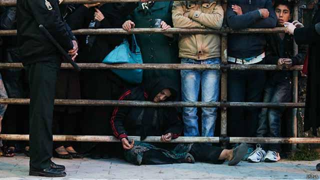 مادر بلال 'ناامید' و در حالی که دیگر نمیتواند روی پا بایستد هنوز دست به دعا دارد