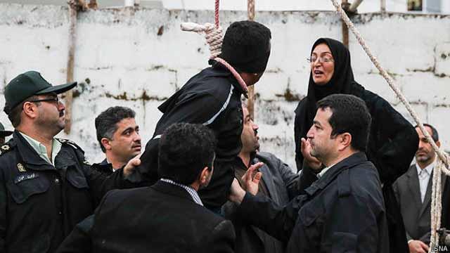 مادر عبدالله، مقتول، بر سر بلال داد میکشد. پسر او به هنگام مرگ فقط هفده سال سن داشت