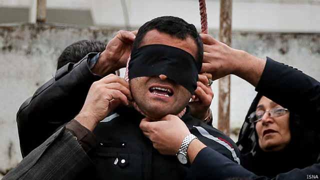 مادر و پدر عبدالله با دستان خود طنابدار را از گردن بلال باز میکنند
