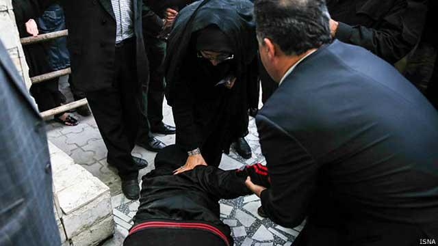 مادر بلال برای سپاسگزاری و قدرشناسی  به پاهای مادر عبدالله می افتد و بر آنها بوسه می زند. مادر و پدر عبدالله با این بزرگ منشی از شرکت در جنایتی بنام قصاص که رژیم ضد بشر اسلامی ترتیب داده است، خود را به کناری کشاندند.