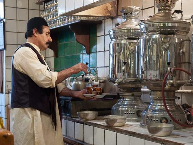 چای خانه ای در تهران که خاطره هر ایرانی را زنده می کند و بی اختیار بازدید کننده از ایران را به سوی خود می کشاند. این سنت قدیمی و تاریخی باید همیشه پا برجا و زنده بماند.