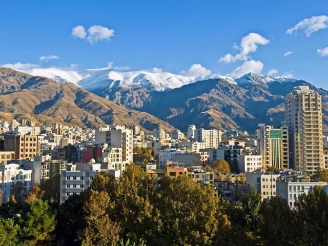 منظره زیبایی از شمال تهران که بر روی تپه ها و در کنار کوه بلند و پراز برف و در میان درختان و سبزه ها بنا شده . این شهر زیبا و کم نظیر  هم اکنون در زیر پای نجس آخوندهای بی شرافت و ضد ایرانی لگد کوب شده و به ویرانی و نابودی کشیده می شود.