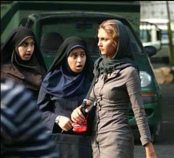 (بی اعتنایی به حجاب اجباری و اسلام آخوندی خود یک مبارزه برای تغییر است)