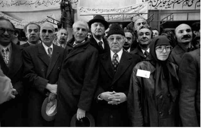 دکتر سنجابی و تنی چند از سران جبهه ملی و فعالین چپ اسلامی در فرودگاه مهرآباد، انتظار خمینی جانی را می کشند! جدن که باید برای شعور سیاسی این خائنین تأسف خورد!
