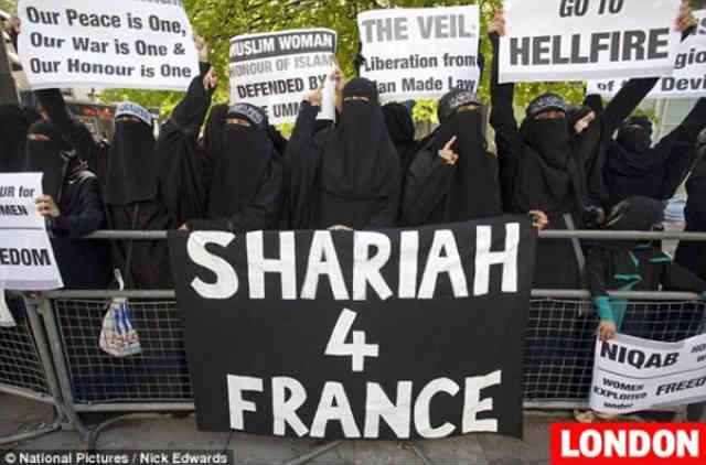 در این فرتور جمعی از خردباختگان مسلمان را می بینید که در پاریس تجمع کرده و خواستار برقراری حکومت اسلامی در فرانسه اند! با اینان چه باید کرد؟