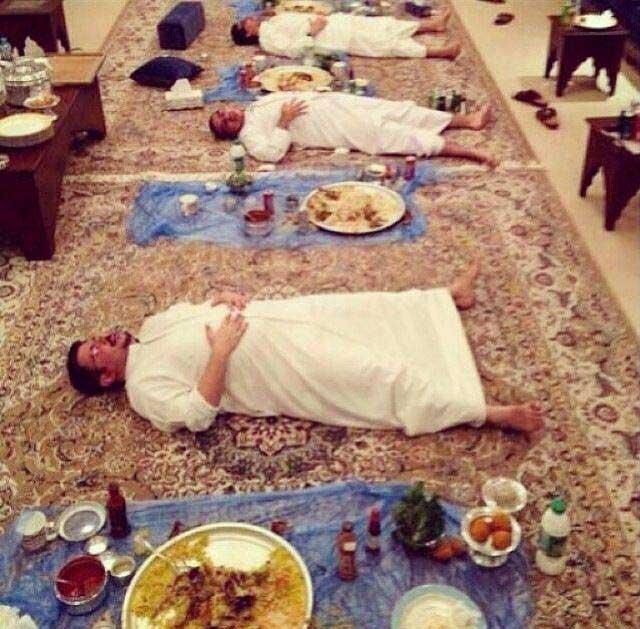 پیامد پرخوری سحر و هنگام افطار چنین تصویری است که در همه کشورهای اسلامی کم و بیش و به صورت های گوناگون دیده می شود. تصویرهایی از بربریت و حیوان صفتی که نام آن را عبادت گذاشته اند.