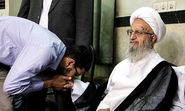 (مراسم ملبس شدن به خرقه آخوندی! مکارم شیرازی در نقش کائن اعظم! این نسلهای تازه آخوند است. خط تولید پیکان باید از اینها یاد بگیره! ما چرا اینقدر بدبختیم که باید تا ابد آخوند را در ایران داشته باشیم؟)
