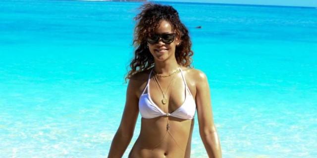 (ریانا از سیاهان جنوب کارائیب است. جامعه امریکا او را بعنوان یک سمبل موسیقی پاپ پذیرفت و پله های ترقی برای یک دختر روستایی سیاهپوست از کارائیب هم در امریکا باز است)