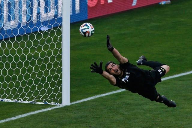 آقای حقیقی دروازه بان ایران با دلیری و شهامت توپ را در هوا می قاپد و از رفتن آن به درون دروازه جلوگیری مکند.