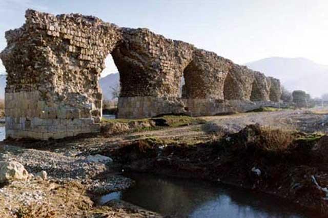 """(کافیست در گوگل بنویسید """"پل ساسانی"""" تا با پر شمار از پلهای زیبا و استوار مواجه شوید که همگی یک چیز مهم را ۱۴۰۰ سال به ما گفتند و ما نشنیدیم: اسلام هیچ چیزی جز خرابی و خفت به ایران نداد)"""