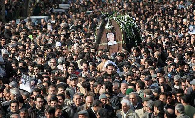 گوشه ای ازتشیع جنازه و بدرقه اهالی محترم و هنردوست اصفهان از ارحام صدر سمبل آزادیگی و میهن دوستی