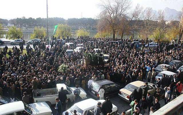 بازهم تصویر دیگری از به خاک سپاری هنرمند بزرگ و میهن دوست زنده یاد رضا ارحام صدر.