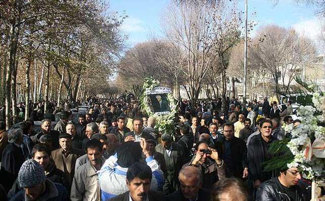 فرتور دیگری از تشیع جنازه زنده یاد ارحام صدر که حقشناسی مردم اصفهان و میزان درک و شعور آنان را به خوبی نشان می دهد.