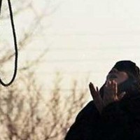 iranian-women-about-to-be-hanged-prays-to-god-looks-at-noose
