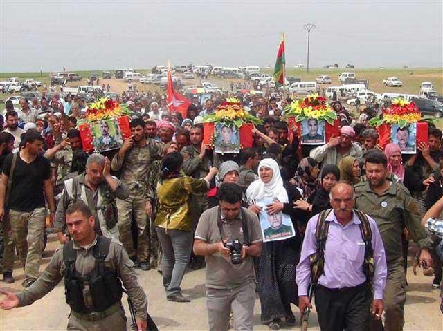 عکس تاثر انگیزی از مراسم عزاداری مردم کوبانی بر جمعی از جانباختگان در مبارزه با گروه اسلامیون افراطی داعش.