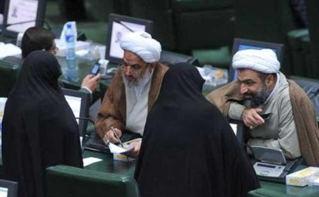 نمایندگان مجلس آخوندی موافق حجاب اجباری و تفکیک جنسی, در حال چشم چرانی و خوش و بش با همکاران زن خود هستند