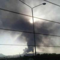 (آلودگی شدید ناشی از آتش سوزی در حوضچه قطران ذوب آهن اصفهان. فقر و فلاکت از یک طرف و فرسوده بودن کارخانه ها از طرف دیگر به آلودگی محیط زیست مردم ایران دامن زده است.)