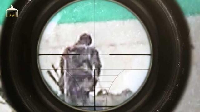 تک تیرانداز داعش، یک مرد عراقی را از پشت سر هدف گرفته است! این شیوه جنگیدن ناجوانمردانه از صدر اسلام، سنت و تاکتیک اعراب مسلمان بوده است!