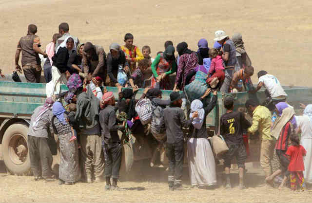 در این تصویر آزادی مردمان ایزدی که در چنگال داعش اسیر شده بودند، به دست پیشمرگان کُرد را می بینیم! به راستی چرا فعالین حقوق بشر اصلاح طلب (اسلامی) از کشتار ایزدی ها و قتل عام شان چیزی نگفتند؟