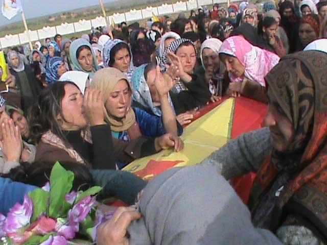 چگونه مسعود بارزانی مرزهای کردستان عراق را بر این مردم داغدار و مبارز در حال محاصره بسته است و از فرستادن کمک های بشردوستانه به هم تباران خود دریغ می کند.