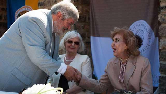 جایزه «یانوش پانونیوش» از سوی انجمن قلم مجارستان به سیمین بهبهانی، شاعر غزلسرای ایرانی در شهر «پچ» در مجارستان اهداء شد.