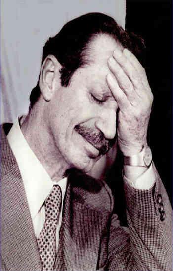 پس از سر کار آمدن بختیار فرصتی بی نظیر برای بازگشت آرامش و دموکراسی به ایران داده شد اما وعده های خمینی بسیار فریبکارانه تر از آن بود که میهن دوستی و روراستی بختیار بتواند مردم را به آرامش فرا بخواند. بختیار می خواست همان مشروطه  و آزادیی که مردم بدنبالش یودند را بایشان بدهد ولی مردم دیگر بدنبال نفت سر سفره و آب و برق مجانی بودند ، نه آزادی!