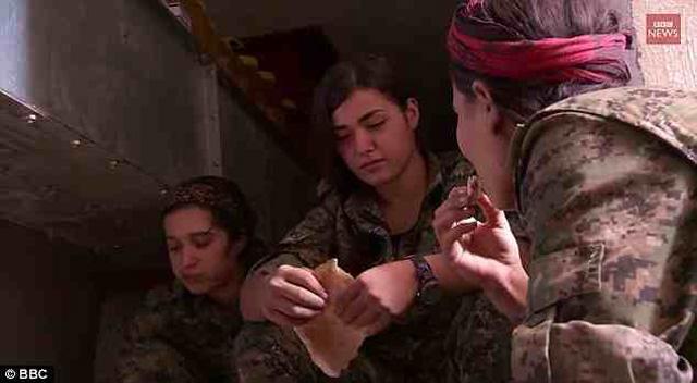سیلان اوزالپ دختر ۱۹ ساله کرد ترک که در میان تصویر دیفه می شود پس از به کار بردن همه گلوله های تفنگ خود در مبارزه با جلادان داعش، آخرین آن را به خود نشانه گرفت تا به دست خونخواران داعش اسیر نشده و مورد تجاوز آنان قرار نگیرد.