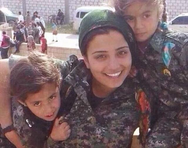 در این فرتور خانم آرین میرکان Arin Mirkan را با دو فرزند خردسال می بینید. بانوی دلاوری که جان خود را در راه دفاع از سرزمین و ناموس خود فدا نمود. یادش گرامی برای همه باد.