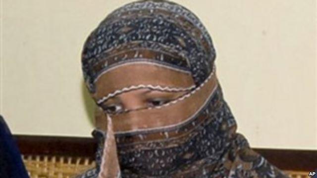 همسایگان مسلمان این زن مسیحی را نجس دانستند و از ظرف آبی که داده بود نخوردند. این توهین او را به دعوایی د کشانید که در نهایت بخاطر توهین به پیامبر اسلام و کفرگویی اعدام خواهد شد! به همین سادگی او را اعدام خواهند کرد... شاید شما هم جزء کسانی باشید که از اعدام توهین کننده به مقدسات حمایت می کنید. در این صورت شما هم داعشید!