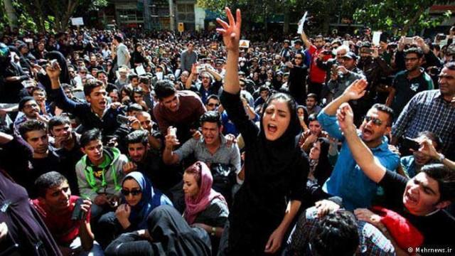 مردم هوشیار و خردمند اصفهان پس از آن همه جنایت بزرگ رژیم بپا خاستند و تظاهراتی در شهر علیه رژیم فاسد به راه انداختنند.