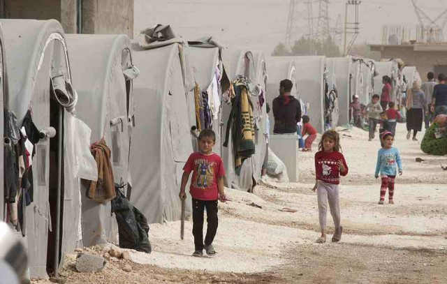 اینجا شهر مرزی ترکیه و جایگاه پناهندگان فراری از کوبان و دیگر نقاط سوریه است. کودکان از همه جا بی خبر به بازی می پردازند.