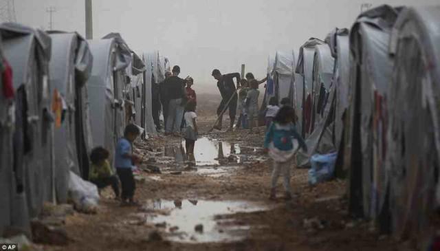 کردهای کوبانی که موفق به فرار شده اند در وضع نا مطلوب بهداشتی در شهر سوروک ترکیه در زیر باران درون چادرهای نامناسب زندگی می کنند.
