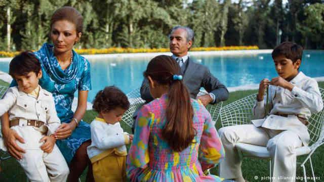 یک عکس نادر از محمدرضا شاه به همراه خانواده اش در کاخ نیاوران تهران...