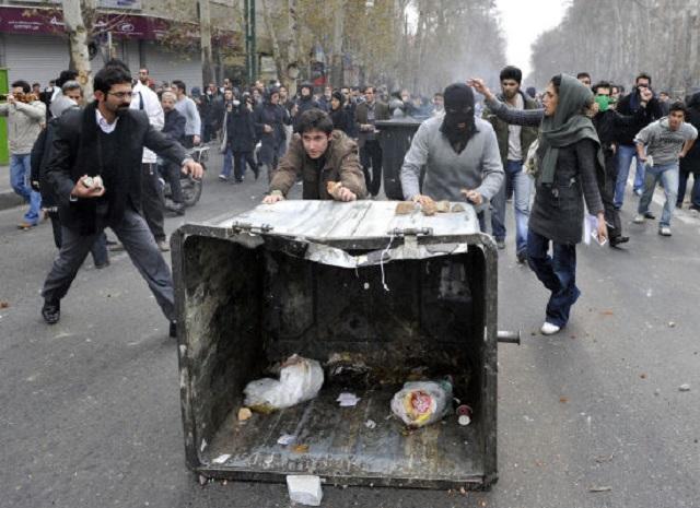 نه تنها مردم ایران بدنبال سرنگونی رژیم دزد و جنایتکار اسلامی هستند ؛ دولتهای منطقه مانند عربستان هم دل خوشی از دخالتهای مذهبی ایشان در امور داخلی آن دولتها ندارند و بدنبال بر اندازی این رژیم هستند!