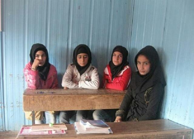 دانش آموزان مدرسه ای در خلخال در سرمای کشنده درس می خوانند. این نمونه بسیاری از مدارس بدون بهداشت و امکانات آموزش در نقاط سردسیر است.