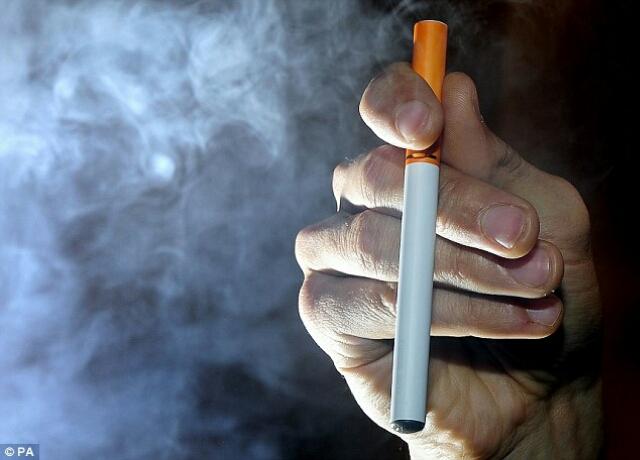 در این تصویر روش ساخت و به کار انداختن سیگار الکترونیکی را نشان می دهد.