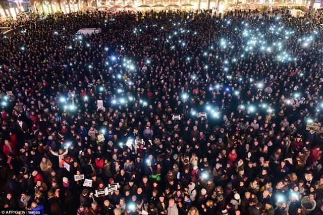 تظاهرات بزرگ دیگری در شهر تولوز در جنوب فرانسه. کجاست آن همت و اراده جوانان و افراد میان سال کشورمان که از آنهمه پشتکار و همبستگی درس بگیرند، باهم و در کنار هم آخوند را از صحنه تاریخ کشورمان ریشه کن سازند.