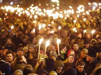 مردم کپنهاگ در یک گرد هم آیی با شکوه حمایت و پشتیبانی خود به بازماندگان قربانیان نشان دادند و  ادامه راه آنان را یاد آور شدند. همزمان، مردم پاریس نیز در برابر سفارت دانمارک پشیبانی و همدردی خود را نشان دادند.