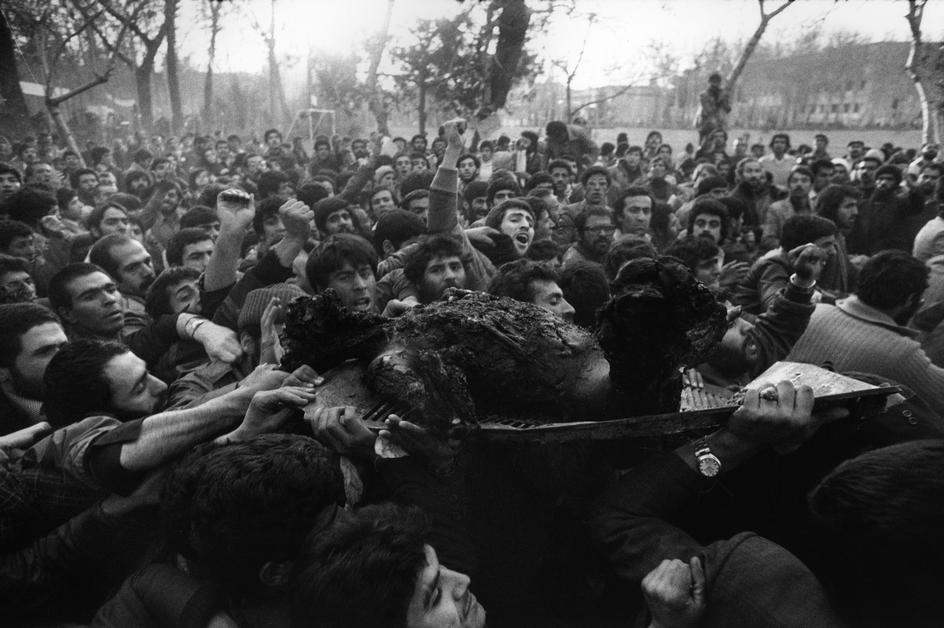 مردم ایران در روز پیروزی انقلاب این زن (به گمان خود فروش) را زنده آتش زدند. این را مقایسه کنید با کاری که داعش کرد. داعش به گمان خود قصاص کار خلبان جنگی را انجام داده است ولی این زن هم وطن را به چه جرمی زنده سوزاندید ؟ ای مردم ایران؟