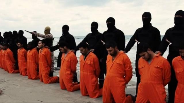 جلادان اسلام ناب محمدی داعش  قربانیان خود را در قتلگاه به زانو در آورده آماده مرگ می کنند.