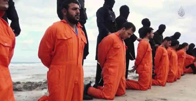 جلادان اسلام ناب محمدی داعش ۲۱ کارگر مسیحی را به سمت قتلگاهشان در کناره ساحل شرقی دوانیده و آنگاه قصابی خود را آغاز نمودند.
