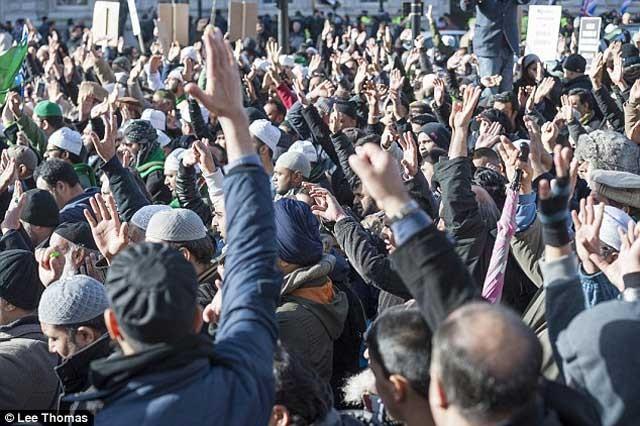 اسلام باختگان در لندن به نفع آدم کشان در پاریس به اعتراض بلند شده، رحمت و مرحمت الهی و اسلامی که همانا آدم کشی است یادآور جهانیان می شوند.