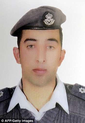 معاذالکسیبه خلبان جوان اردنی اسیر بند آدمخواران داعش که می خواستند در برابر آزادی زن بمب گذاری او و دومین گزارشگر در بند را پیش از گردن زدن آزاد کنند.