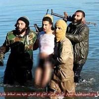 این تصویر دستگیر شدن معاذالکسیبه خلبان جوان اردنی به وسیله آدم خوران داعش پس از سقوط هواپیمایش در تاریخ ۲۴ دسامبر ۲۰۱۴ نزدیک کمپ داعش در سوریه را نشان می دهد.