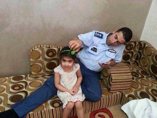 این تصویرمعاذالکسیبه خلبان جوان اردنی با کودک خردسالش است پیش از آن که به مأموریت برود و به وسیله آدمخواران داعش پرپر شود،