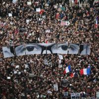 در این فرتور مردم فرانسه را می بینید که برای دفاع از حقوق شهروندی خود و بالاتر از همه، آزادی بیان، بر علیه مسلمانان تروریست تظاهرات می کنند!