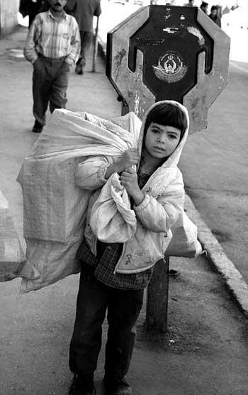 کودکان کار، کودکانی که به دلیل دزدی های رژیم و به خاکستر نشاندن طبقه بزرگی از اجتماع، فقر خانوادگی فقر خانودگی موجب گردیده در سنینی که باید به دبستان و اموزشگاه روند ناچار باشند با تن و اندام کوچک و أعیف خود به بارکشی و کارهای سخت اجتماع پردازند. هدف و آرمان فضول محله دفاع و پاسداری از حقوق این کودکان است.