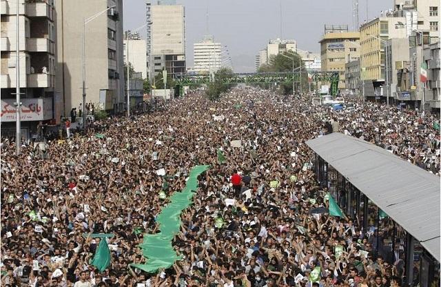 شعارهای مردم که میلیونی بیرون آمده بودند ، کروبی و موسوی را ترسانید. مردم ایران فریاد می زدند مرگ بر جمهوری اسلامی. این برای امثال موسوی و کروبی قابل درک نبود! ولی حقیقت این است که بیشتر ایرانیان از ته دل برای پایان جمهوری اسلامی آرزویی 36 ساله دارند.