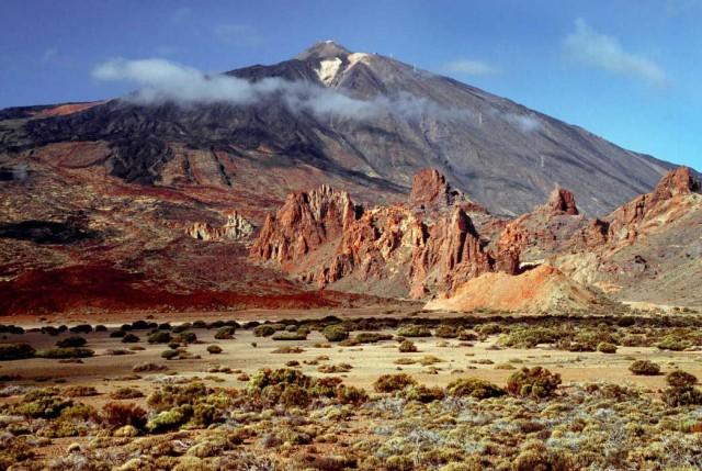 این منظره کوهها و دره ها و پستی و بلندی های بخشی از تناریف را نشان می دهد.